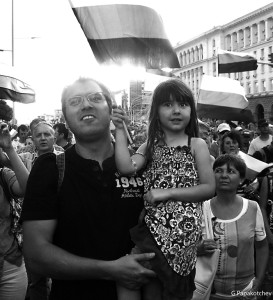 Father&Girl-protest-red-b@w-310713